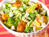 Зелена салата със синьо сирене, картофи и кедрови ядки